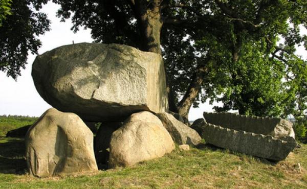 Den fantastiske Ørnehøj-dysse med sine monumentale sten på toppen af bakken syd for Bakkebølle ud mod Storstrømmen er indbegrebet af dansk nationalromantik. Her ses dyssekammeret fra nord- vest. To store afsprængte stenbjælker med kløvespor ligger på højen til højre for gravkammeret.