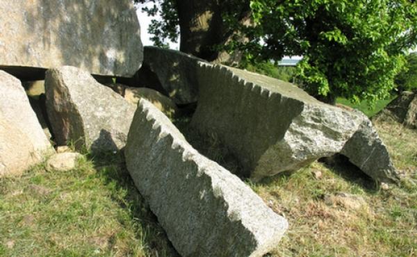 Afkløvede stenbjælker ved dyssekammeret.