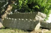 Stenbjælkerne har tydelige kløvespor i kanten.