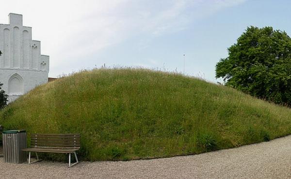 2: Panorama over gravhøjen på kirkegården set fra sydøst.