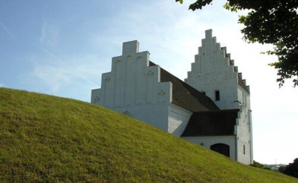 5: Gravhøjen og kirken giver et godt historisk sammenspil. Her set fra nordøst.