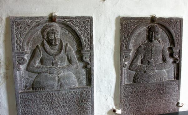 10: Gravsten fra 1617 og 1629 i kirkens våbenhus.