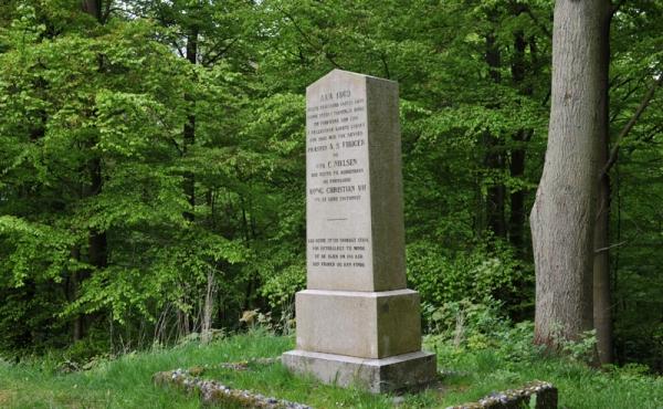 6 Mindestenen på højen top blev rejst i 1869 til mind om skovens frikøbelse 1769.