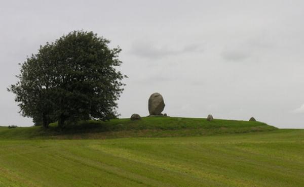 1: Hamlets Grav med mindesten på højtop set fra syd.