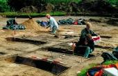 9: Situationsbillede fra udgravningen af Hohøj-bopladsen i 1998. De dybe huller repræsenterer tagbærende stolper fra nogle af de i alt 6 gårdsanlæg som fandtes.