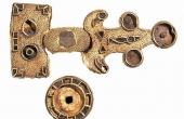 7: Den fantastisk flotte Kirkemosegård-fibula som blev fundet med detektor i 2013.