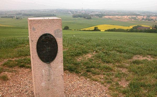 5: Granitpostamentet på toppen af Jelshøj og udsigten mod nord.