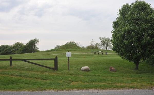 2:Lillehøj er meget lettilgængelig fra P.-pladsen lige vest for højen i kanten af golfbanen.