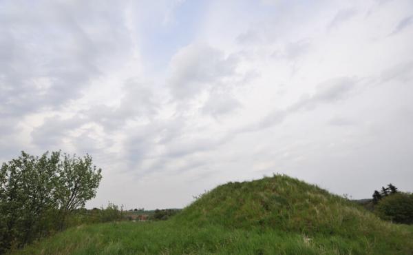 3: Højen er kraftigt afgravet i ældre tid, men den centrale højkerne er bevaret og rummer sikkert stadig de første ligbegravelser fra ældre bronzealder.