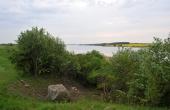 4: Den ca. 70 tons tunge sagnsten i afgravningsbrinken lige vest for Lillehøj ligger med flot udsigt over Stege Nor.
