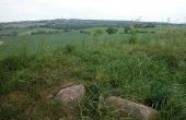2: På højtoppen og -siderne ses adskillige sten fra højens grave og konstruktioner.