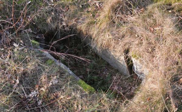 2: Stenbygget kiste i en af de vestlige høje på området. Nu åbnet og sikkert anlagt i midten af bronzealderen for ca. 3.000 år siden.
