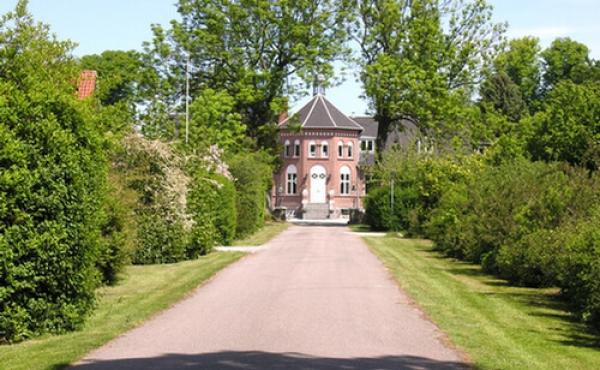 3: Indkørslen til Østergård. I dag benyttes stedet som efterskole.
