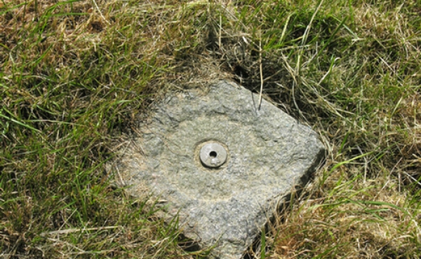 5: Geodætisk målepunkt / fikspunkt i højtop.