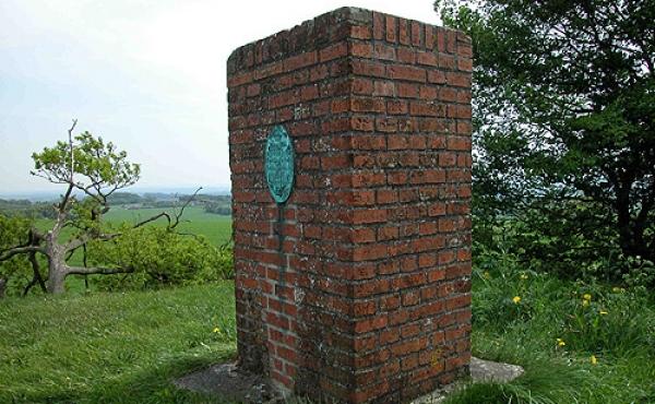 5: Det geodætiske postement på toppen af højen er et af Danmarks hovedopmålingspunkter.