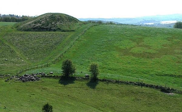 10: Den sydligste af Stabelhøjene med Knebel Vig i baggrunden. En af Danmarks smukkeste gravhøje.