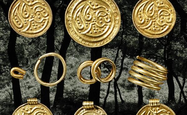 3: Skattefund fra en af de nu sløjfede gravhøje i Stenholt Krat med guldbreakteater og ringguld (foto Nationalmuseet).