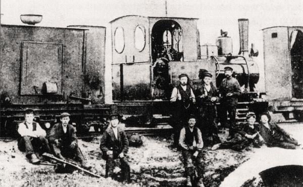 11: Arbejdshold ved mergelbanens 30 HK-lokomotiv i 1909 nær Klode Mølle.