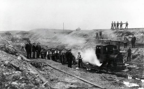 12: Fra mergelkbanen gennem Stenholt Krat, hvoraf de dybe nedgravninger for banen stadig ses tydeligt.