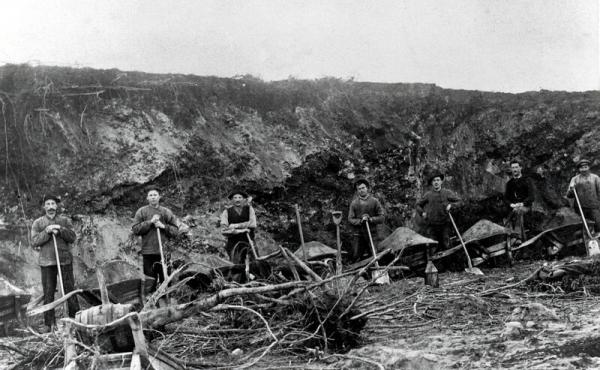 13: Udgravningerne for mergelbanen foregik med håndkraft og trillebør.