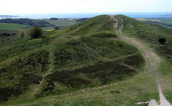 6: Den sydvestligste af Trehøje-gravhøjene med Knebel Vig i baggrunden.