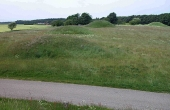 4: Bronzealderens gravhøje ligger samlet på gravpladser. Her de 3 høje nord for vejen.