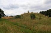 1: Troldhøj set fra øst med Klargård høj i skellet i baggrunden.