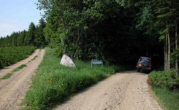 Et stykke inde ad grusvejen fra Sepstrupvej deler den sig. Kør til højre frem til den afmærkede parkeringsplads.