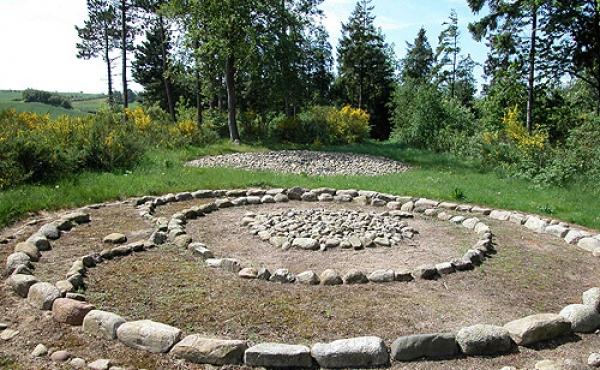 4: De rekonstruerede jernalder- gravhøje set fra nord.