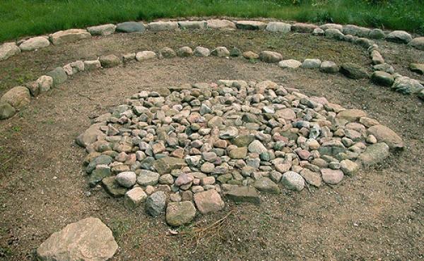 6: Centralgraven med den rige kvindegrav. Stenen udenfor markerer en senere urnegrav.