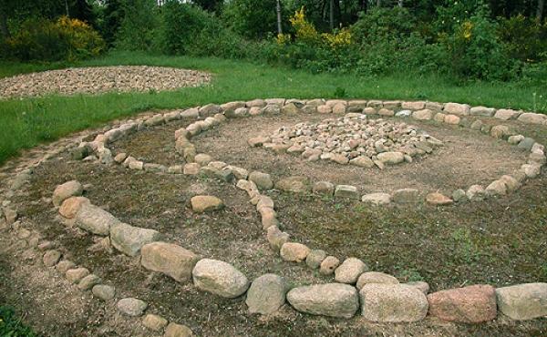 7: Østsiden af højen med kriger- graven. I baggrunden den fuldt udbyggede gravhøj.