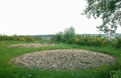 1: De to udgravede og rekonstruerede jernaldersgravhøje ved Rostved set fra sydvest.
