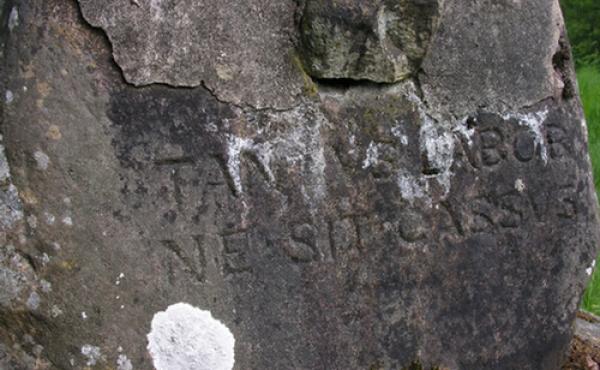 Lad ej dit værk lægges øde - den latinske tekst ved mindekorset.