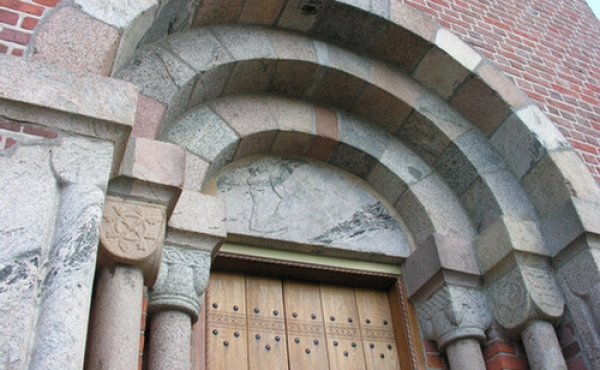 Den flotte indgangsportal i Linå Kirke.