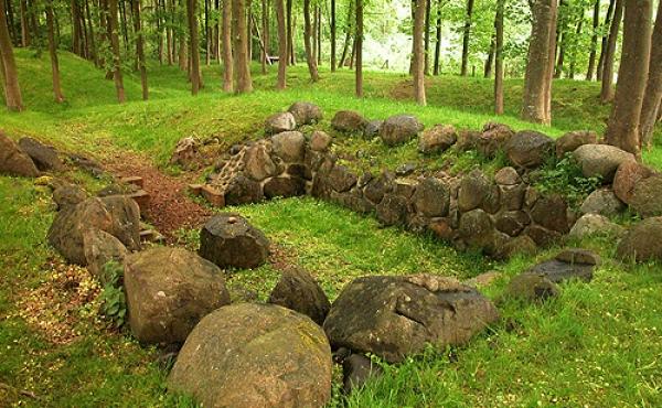 Naturstenene i kælderen - her set fra sydøst - danner et solidt fundament for tårnet som engang stod over kælderen.