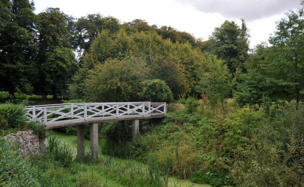 Nutidens romantiske træbro over den nordre voldgrav.