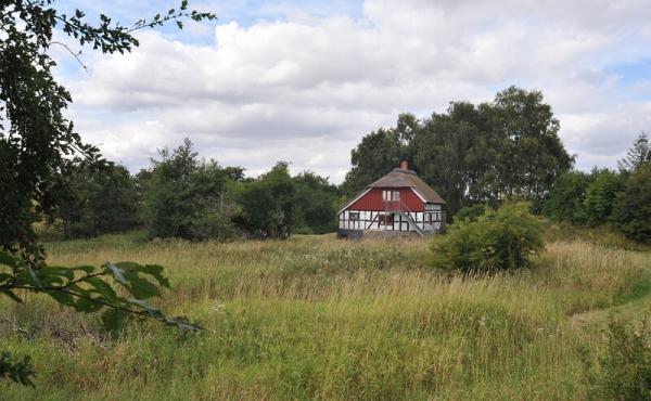 Bygningen fra den tidligere vandmølle sydvest for voldstedet ligger der stadig.
