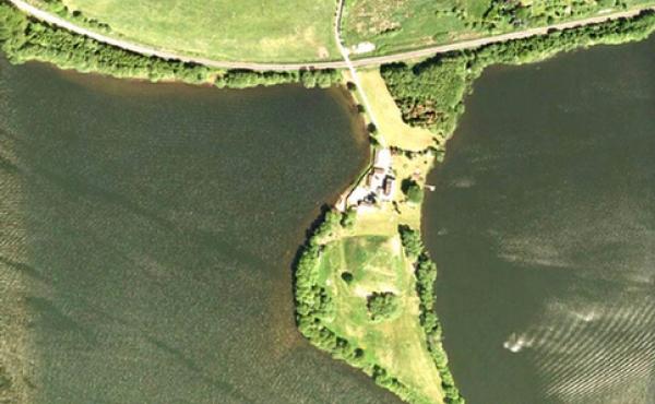 Luftfoto af Dynæs med voldstedet (Foto: Cowi)