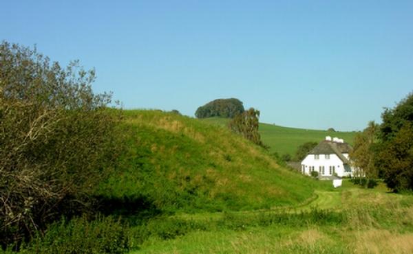 Østsiden af voldstedet med udsigt mod Gammelkol på toppen af bakken.