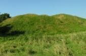 Panorama over Dynæs Voldsted set fra sydøst. I krattet til venstre er der spor efter den gamle voldgrav.