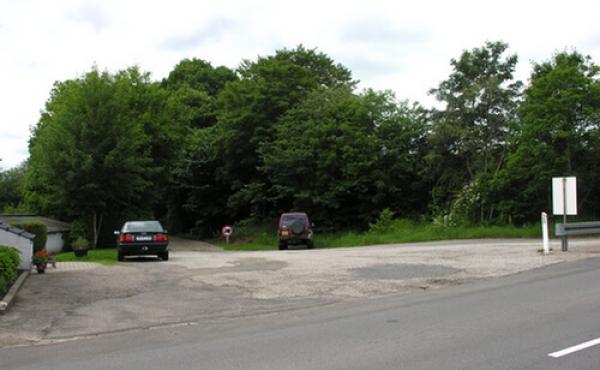 Fra parkeringspladsen ud til vejen Præstevangen gennem Grønbæk leder en kort grusvej frem til ruinen.