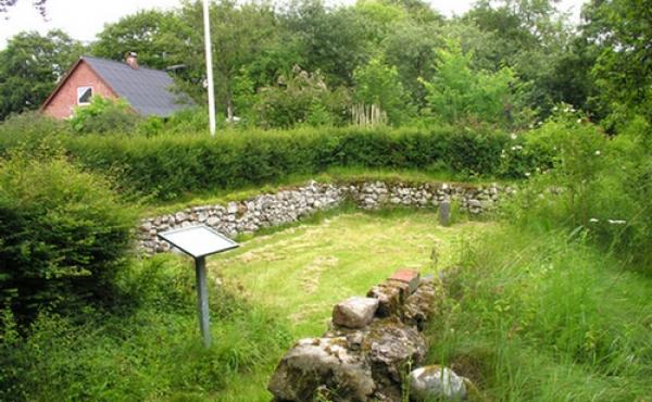 Ruin og infotavle set fra sydvest.