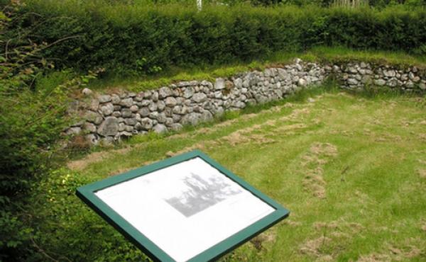 Ruinen ligger lige syd for en gård og plejes af Silkeborg Kommune.