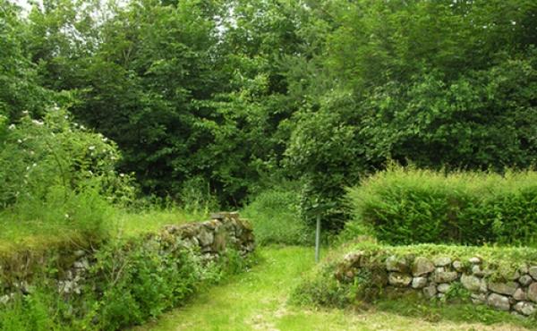 Indgangen til ruinens sydvest-hjørne set fra øst.