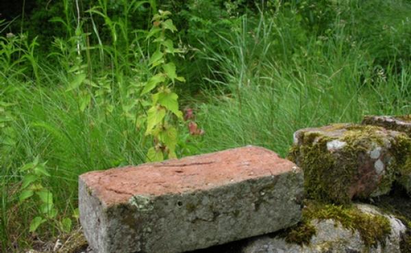 Den forsvundne del af huset var opført i store munkesten, som sikkert alle blev genbrugt efter husets nedlæggelse.