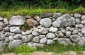 Kun omkring 1 m. af det nederste af den stenbyggede mur er bevaret.