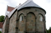 Det flotte stenbyggede kor og kirkeskib i Grønbæk kirke.