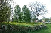 Kirkestedet fremstår nu mest som et bynært parkområde afgrænset af det gamle stendige. Her set fra nordvest.