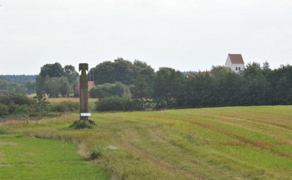 Stedet for Grathe Kapel med mindesten set fra nord. I baggrunden ses Grathe Kirke.