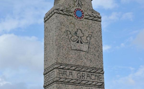 Thor Lange opsatte i alt 11 mindesten på historiske steder.